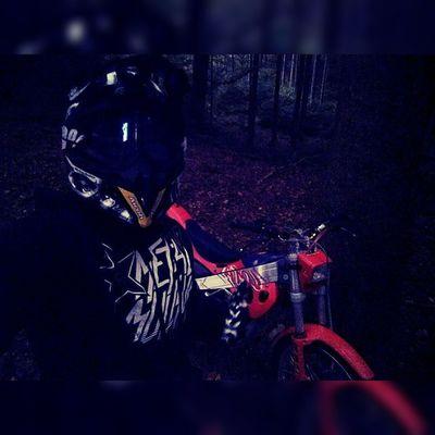 Ich bin fertig für heut 🙈 Solang die KTM noch ned wieder da ist hab ich mir mal die Trial geschnappt 😄 Airoh Ride100percent Metal Mulisha Metalmulisha Grenzgloves Camo Cota Trial Forest Enduro Night