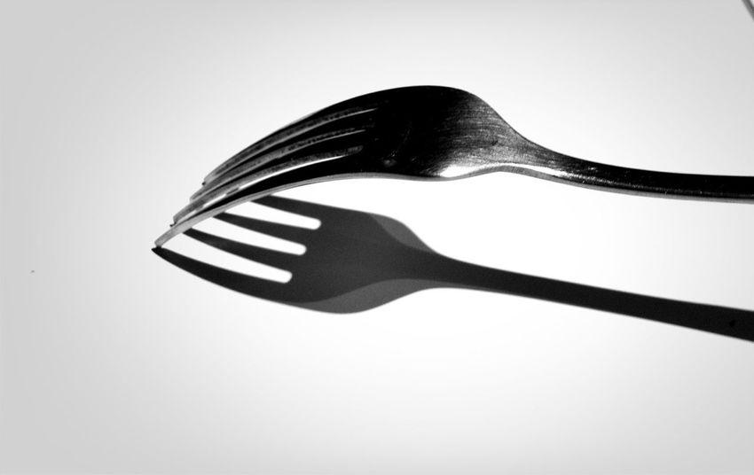 Tenedor pinchándose a sí mismo