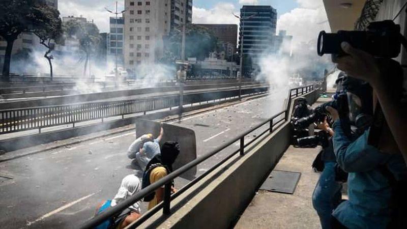 Resistiendo de la mejor manera que pueden War People Riot Heat - Temperature Outdoors Social Photography Represion Protestor Resistance  Venezuela
