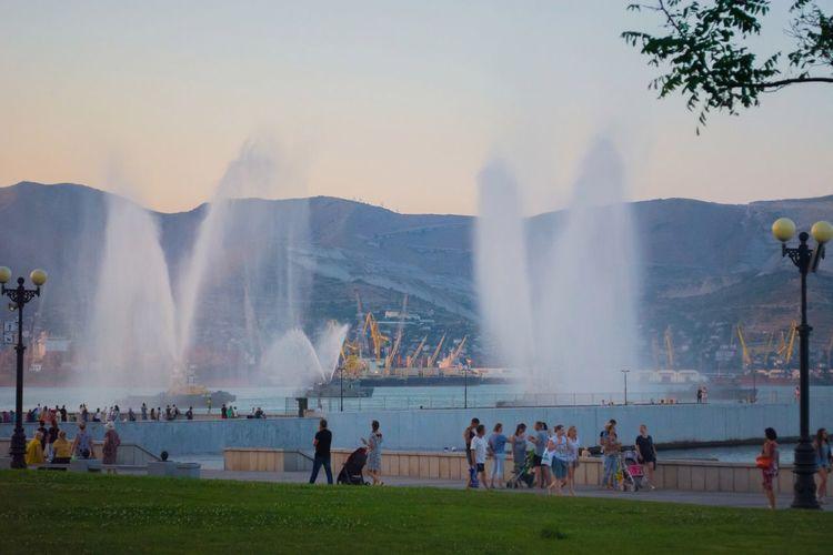 Черное море набережная фонтаны летний вечер новороссийск Море горы Moments Sea Landscape