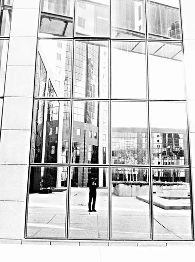 Pretoebranco The Press - Work Photographer In The Shot Through The Mirror