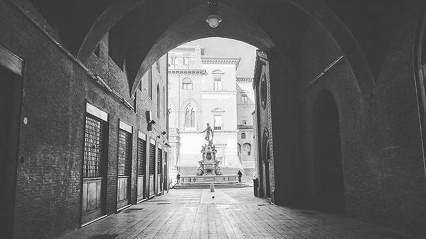 King of the seas will always stand there, in the light, hench, ripped and absolutely spectacular. Fountain Fontanadelnettuno Bologna Ig_bologna Scorci Scorcio PiazzaDelNettuno Ig_daily Ig_travel Ig_emilia_romagna Pórtico Blackandwhite Ig_blacknwhite