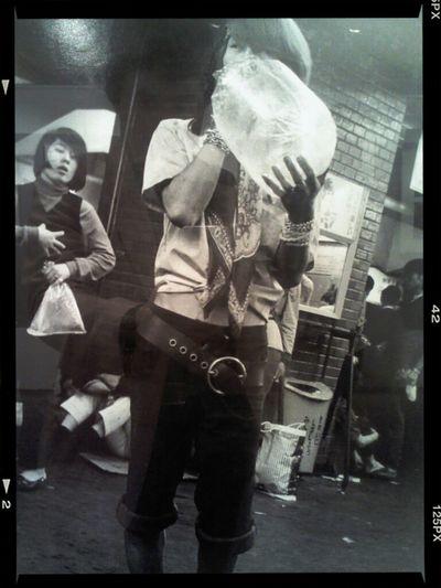 Молодые люди вдыхают растворитель для красок в Синдзюку, 1969. Hiroshi Nakanishi