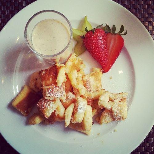 Nachspeise Dessert Kaiserschmarrn mit Vanillesosse erdbeere