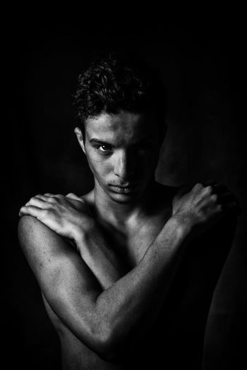 Portrait en V Young Adult Blackandwhite Only Black And White Photographs Portrait Portrait Photography Portrait Of A Man  Young Men Portraiture Looking At Camera Young Model EyeEm Best Shots This Is Masculinity person