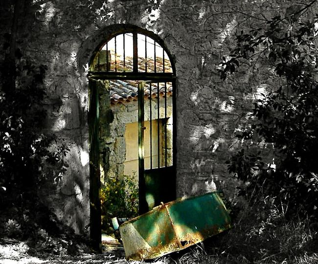 Light And Shadow Ombres Lumière Schattenspiel  Door Portail Rust Rusty Rouille Boat Ruine Garden Old Ruin Lost Abandoned Places Abandonné Garden Green