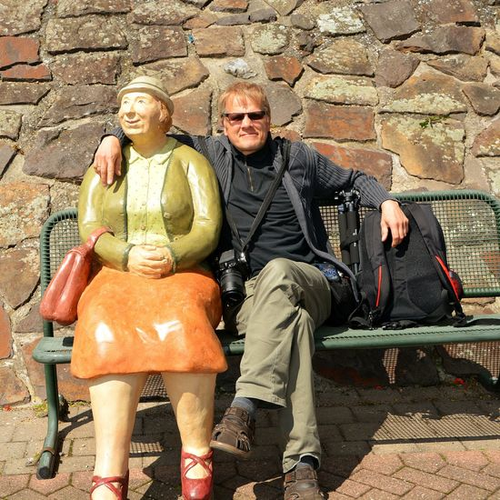 Alltagsmenschen in Rees (Christel Lechner) Streetphotography Street Photography Portrait Portrait Photography Showcase June Senior Adult Senior Men Two People Full Length Brick Wall Smiling Mature Men Mature Adult Gray Hair Only Men Women People Adults Only Standing Senior Couple Senior Women Outdoors Men Togetherness Couple - Relationship Adult Retirement Sitting Happiness Day