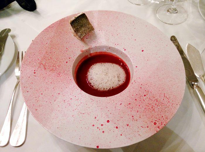 Genial verrückt: die Rote-Bete-Suppe! Wir fragen nicht, was in der Küche los war...