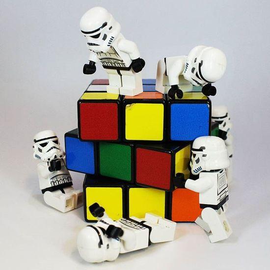 How many Stormtroopers does it take to solve a Rubix Cube? LEGO Legominifigures Legophotography Womenintoyphotography Legostormtroopers Stormtrooper Brickcentral Bricknetwork Toptoyphotos Vitruvianbrix Stuckinplastic_pcm Rubixcube
