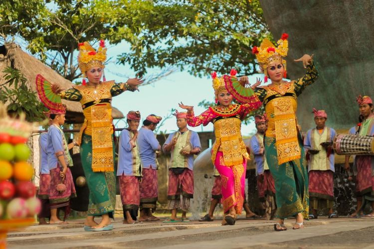 Dancing at Garuda Wisnu Kencana Taking Photos Streamzoofamily Travelling
