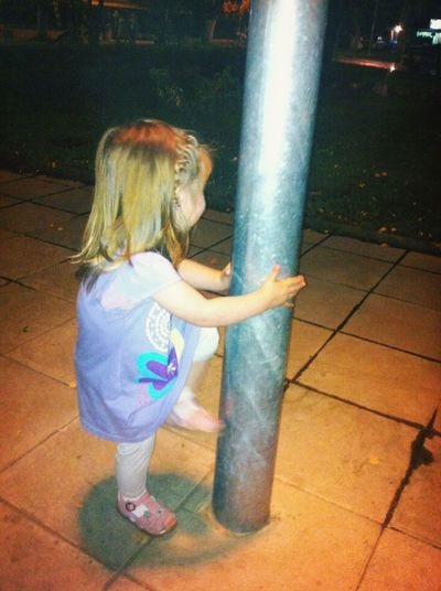 Piola baila caño en la plaza mi sobrina jajajaj