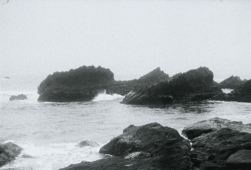 這是一個重生的故事。開胸剖心很不真實,但真的發生了,被喚醒的瞬間疼痛衝向我,毫不猶豫地證明他的存在,細胞有死了30%吧,想哭卻不能哭,發燒、失眠、痛,一直持續,負面黑洞持續擴大,死了。在那之後,我想說:我還活著。Relaxing Enjoying Life Black And White Yilan, Taiwan Taiwan Pacific Ocean Sea Life 走向彼端