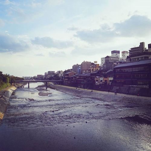 いつも心躍る鴨川 ╰(*´︶`*)╯ . Kyoto Japan Kamogawa Shijooohashi 鴨川 四条大橋 Travelgram