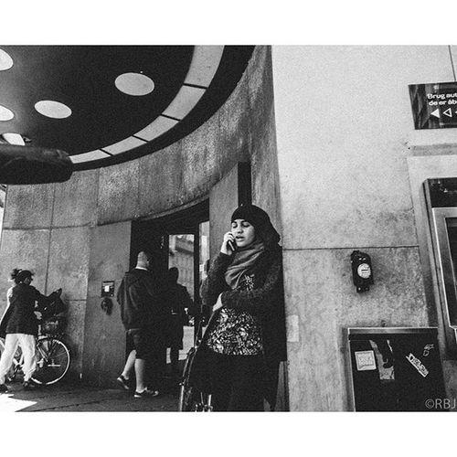 | Phone Jonesin' | Ricoh Ricohgr Ricohgrd RicohGRII RicohGRDII Gr Bw Bnw Blackandwhite Blackandwhitephotography Photography Streetphotography Photo Monochrome Digital Danskebank Bank Hijab Shayla Alamira Arabic Arab Habibti Habibi Phone Copenhagen København Danmark Denmark DK