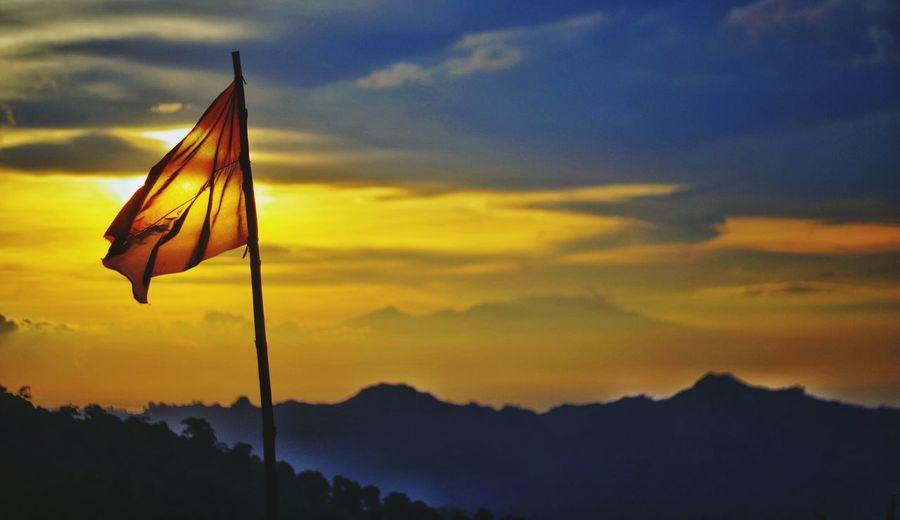benderaku gagah di puncak INDONESIA Malang Sunset Montains    Gunung Malangkabupaten Sangsaka Merahputih INDONESIA EyeEm Selects Sunset Mountain Flag Sky Cloud - Sky Landscape National Flag