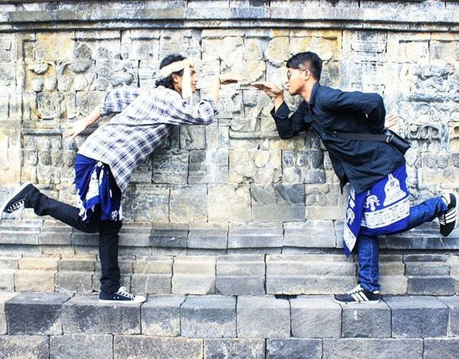 "Dua orang @lhiemea @takbirulakbar yang ingin menjadi salah satu pahatan brsejarah di dinding Candiborobudur . Ayo ukir sejarah hidup kita sendiri @lhiemea @takbirulakbar dan meninggalkan sesuatu yg berguna untuk orang"" sekitar kita Arsipbe Photo lama Magelang Jawatengah Ayodolan Pejuangwisata Rame Gerombolangila Discovermagelang Exploremagelang Maenbareng Loc. Candiborobudur"