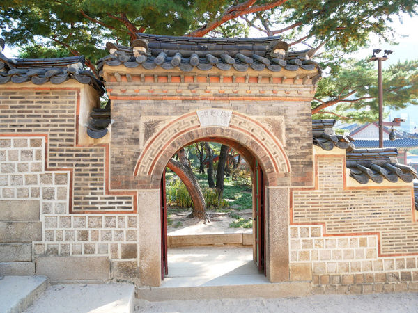 Surrounding wall and gate at the Deoksugung Palace Seoul, South Korea. Deoksugung Palace Deoksugung Stonewall Walkway Gate Seoul, Korea Arch Architecture Brick Building Building Exterior Built Structure Door Entrance History Outdoors Travel Destinations Wall