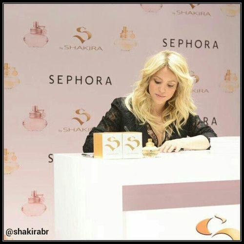 Shakira durante uma sessão de autógrafos na perfumaria Sephora, em Paris (27/03/2013) Shakira during an autograph session in Sephora store in Paris (03/27/2013) Shakirabrasil Shakira Sbyshakira http://pinterest.com/shakirabrasil