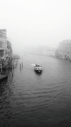 Destra e sinistra. Italy Venezia December Blackandwhite