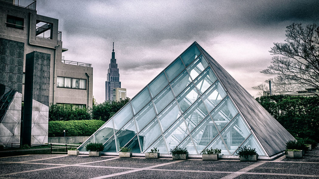 Beautiful arquitecture that reminds me of the Louvre in Paris. In the back you can see the NTT DoCoMo Yoyogi Building. Shinjuku, Tokyo, Japan. Fujifilm X100T   23mm   f/8.0   iso 200 Architecture Around The Globe Around The World Fujifilm Fujifilm X100T Japan Photography Shinjuku Street Photography Streetphotography Through My Lens Tokyo Travel Travel Photography Urban Exploration Wanderlust X100t