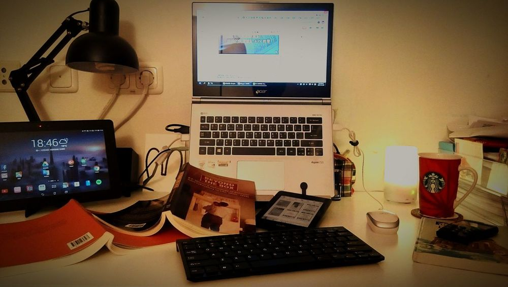 Time for blogging - screens, paper books, kindle, and freshly made coffe. 晚餐後的部落格時間。 Freelance Life