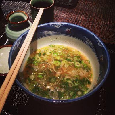 食べ残したソースにそば湯を入れて、めちゃくちゃ美味しいねぎ汁に変身!! 吃剩的湯汁加入蕎麥的下麵湯,變成極為美味的蔥湯!!