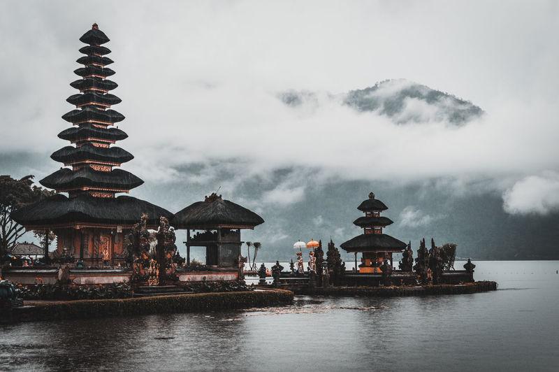 The hindu pura ulun danu bratan temple on a rainy and cloudy day.