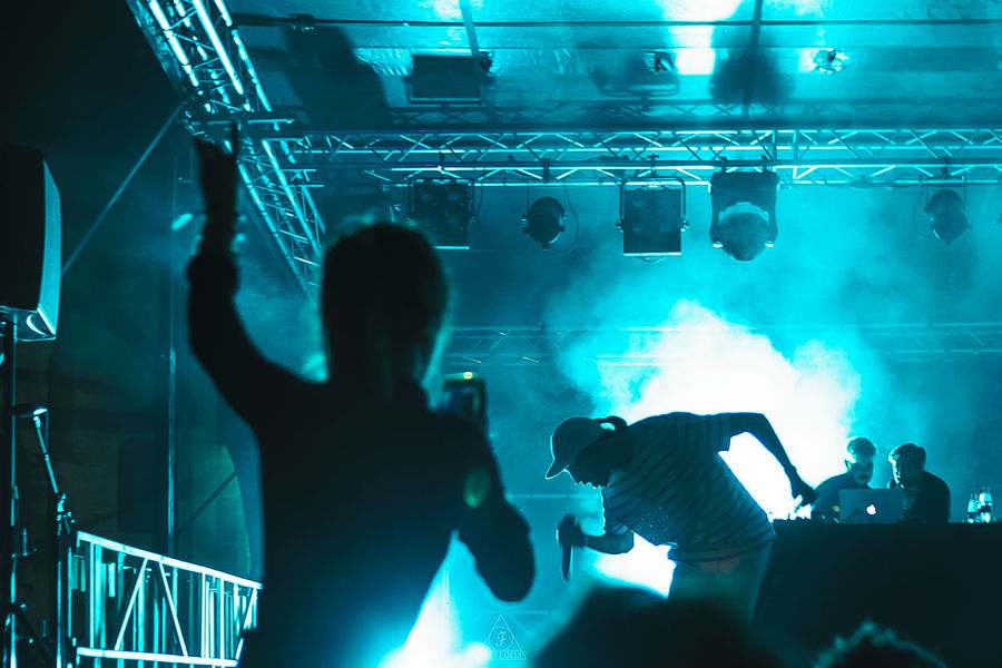 Quand l'homme au croco flexait à Saintes 2/4 Romeo Elvis Enjoying Life Flexibility Popular Music Concert Technology Men Music Arts Culture And Entertainment Nightlife Stage Light Music Festival