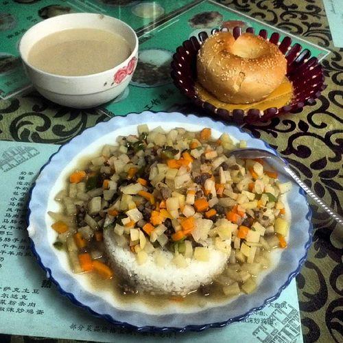 오늘의 먹짤 : 우루무치 카자흐 식당에서 먹은 볶음밥과 밀크티 그리고 카자흐식 빵.