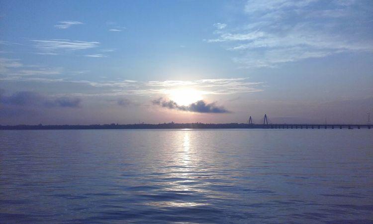 En el Rioparana Clouds , el Puente y el Sol