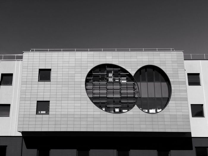 Une façade originale. 365 Day Challenge 365project Projet 365 EyeEmNewHere Blackandwhite Noir Et Blanc Building Exterior Architecture Window Built Structure Outdoors Low Angle View No People City Sky