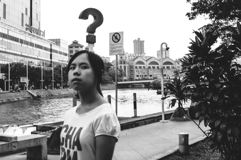 Questioning look Learn & Shoot: Layering People Watching Candid Photography Streetphotography Streetphoto_bw People Photography Blackandwhite