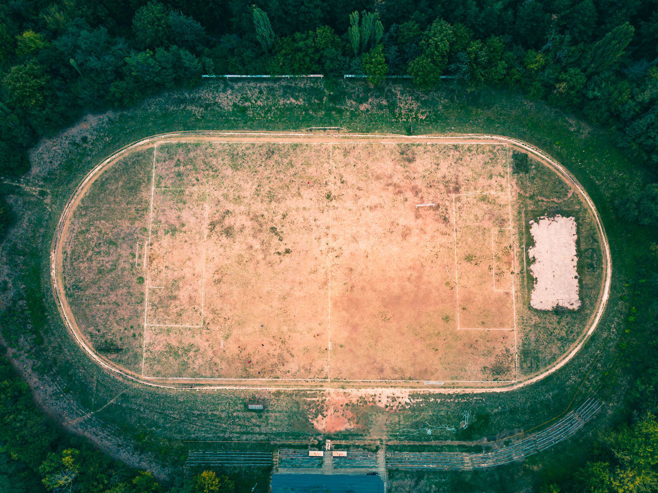 HIGH ANGLE VIEW OF TIRE ON FIELD
