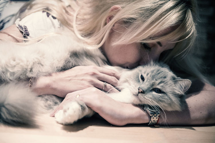 Blond Hair Care Cat Domestic Domestic Animals Domestic Cat Feline Hair Hairstyle Indoors  Mammal One Animal People Pet Owner Pets Portrait Real People Vertebrate Whisker Women