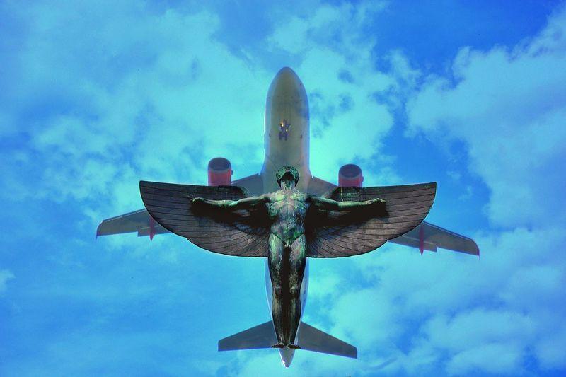 """.....und Lilienthal fliegt immer mit....Karl Wilhelm Otto Lilienthal (* 23. Mai 1848 in Anklam; † 10. August 1896 in Berlin) war ein deutscher Luftfahrtpionier. Er war wohl der erste Mensch, der erfolgreich und wiederholbar Gleitflüge mit einem Flugzeug absolvierte und dem Flugprinzip """"schwerer als Luft"""" damit zum Durchbruch verhalf. Wikipedia Lilienthal Berlin Sky Cloud - Sky Low Angle View Blue Nature No People Day Airplane Outdoors Air Vehicle Flying Motion Transportation Mode Of Transportation Travel"""