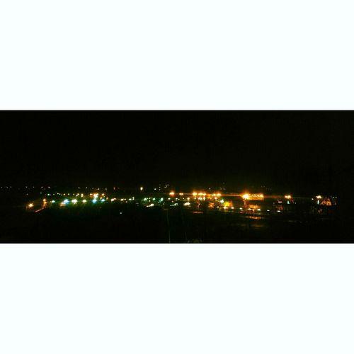 Miasto Oświetlone W Nocy Jest Pieknie