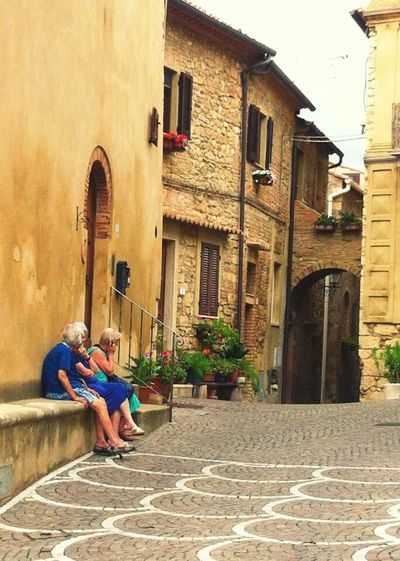 Old ladies are chilling with their smartphones in the sun. 🌞 Italy Toscana Old Ladies Italian Style Streetphotography