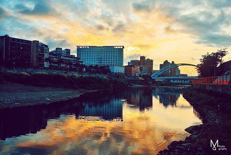 晚安世界, 我獨自看了12月第一天的夕陽。 有人陪你看夕陽是幸福的,倘若是自己看夕陽那也是快樂的,你還看得見夕陽就看得見自己活著。 既然還活著就要好好的感恩,努力的呼吸,努力的孝順,努力的生活。 致,全新的一天,致,正在奋斗的你。 Vscocam Sunset Taipei Instagood Instadaily Phtooftheday Xhinmania Iamnotalone Photographer 景美溪