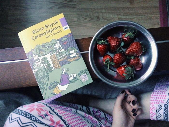 11.04.16 Newone Newbook Withstrawberries Strawberry Book Akşamüzeri Yaz Akşamları Güzeldir Yazakşamı En Sevdiklerim BarışBıçakçı Bizimbüyükçaresizliğimiz Good Times Pijamas Thebest Ojesizgezmeyenlerkulubu