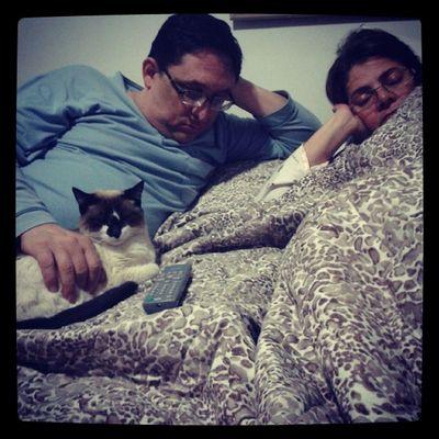 Família dormindo unida HAUHAUHAUHA que lindos Family Sleeping Toghether