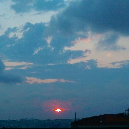 Bu da cok uzaklarda... Taaaa Mordor mahallesindeki Sauron yavsaginin gözü olsun... Iftar hazirligi yaparken yine mutfagin balkonundan Gokyuzu ve gunbatimi temali fotograflara geldik... sarilacivert sky skyporn nature manzara color hdr hd istanbul Turkiye Ramazan ramadan cloud