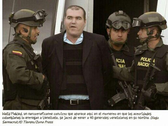 """Taking Photos ConcluDiosdado VenezuelaDespiertaEx oficiales militares venezolanos y otros en el exilio ayudan a ponerse en contacto con sus antiguos compañeros e instarlos a desertar, dijo el reclutador. Si el desertor puede proporcionar información útil, indicó el reclutador, es transportado por aire a EE.UU. y a una nueva vida. """"¿Qué quiere Estados Unidos?"""", preguntó el reclutador, que ha lleva trabajando en casos venezolanos desde 2008. """"Estados Unidos quiere pruebas, evidencias de las relaciones entre los políticos, militares y funcionarios con narcotraficantes y con grupos terroristas"""". Recientemente, en Capital Grille, un lujoso restaurante de Washington, a unas cuadras del Congreso de EE.UU., un operativo venezolano que trabaja con un organismo de seguridad pública de EE.UU. contestó la llamada de un intermediario de un funcionario de alto nivel en Caracas que buscaba intercambiar información por un trato favorable de parte de EE.UU. """"Dile que lo veo en Panamá la semana que viene"""", dijo el operativo, interrumpiendo su almuerzo de ostras y bistec. El mayor blanco es Diosdado Cabello, ex teniente del ejército de 52 años que estableció un vínculo estrecho con Chávez en la academia militar cuando ambos jugaban en el mismo equipo de béisbol. Cuando Chávez lanzó un intento fallido de un golpe de Estado en 1992, Cabello dirigió una columna de cuatro tanques que atacó el palacio presidencial en el centro de Caracas. Cabello ha sido ministro de Obras Públicas —lo que también le dio control de aeropuertos y puertos— y además ministro del Interior y vicepresidente. También fue presidente durante unas horas en abril de 2002, cuando Chávez fue expulsado brevemente en un fallido golpe de Estado. Muchos analistas y políticos en Venezuela dicen que creen que el poder de Cabello rivaliza con el de Maduro y está fundamentado en su influencia entre los generales venezolanos. Julio Rodríguez, un coronel retirado que conoce a Cabello de sus días en la academia militar, indica que"""