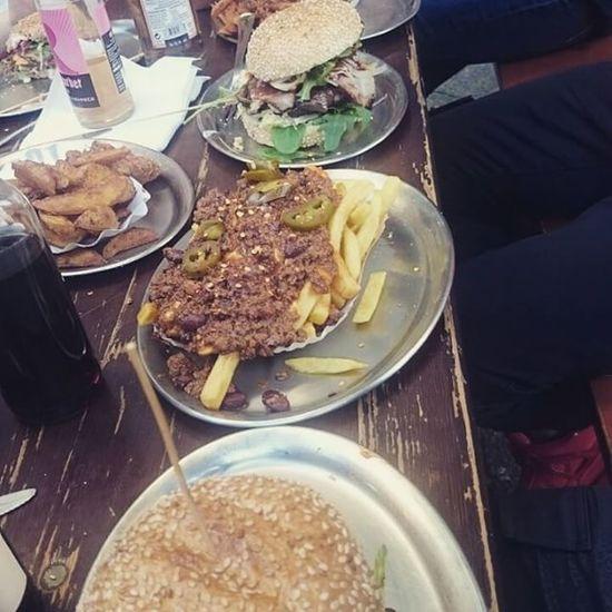Wer leckeren Burger essen will in Berlin der muss hier vorbei schaun | klein und gut besucht, aber Yummi Bbqburger Sweetpotatoeschilliefries gönnen 😍