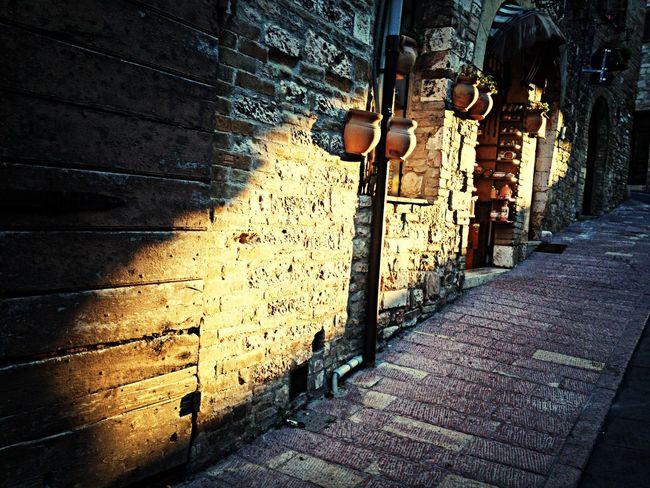 Golden light on a street in Assisi. Goldenlight Assisi Streetphotography Streetphoto