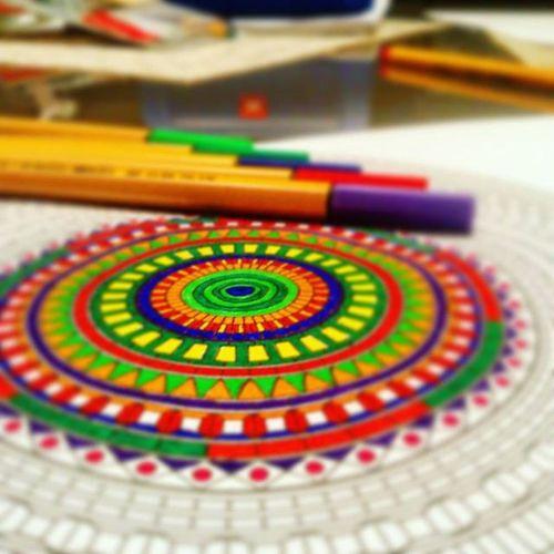 In progress..🔮🌾 Mandala Art Colorful Couple Colours Drawing Meditation Meditate Färben Farbfroh Malen Kunst Spaß Entspannt Natur Einklang Beziehungskram Coupleaction Liebeliebeliebe Love Red Green Blue Purple Allefarben hippie indie boho