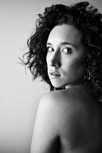 Mira a través de mis ojos y explícame, al oído, lo que ves... Looking At Camera Curly Hair One Person Portrait Young Adult Real People Young Women Shirtless Backportrait EyeEmNewHere Black And White Portrait Blackandwhite Photography Auto Portrait Personal Project Resist EyeEm Diversity The Portraitist - 2017 EyeEm Awards Place Of Heart Black And White Friday