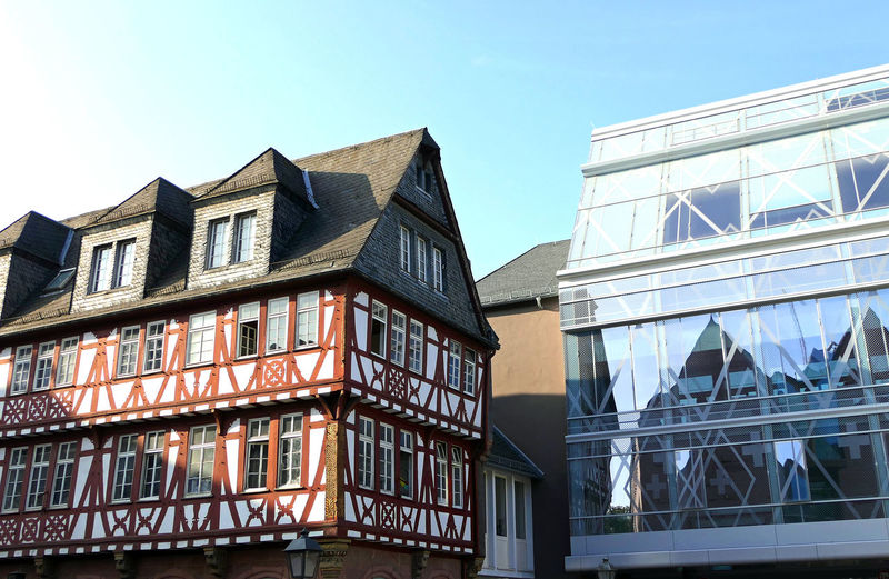Altstadt Römer Frankfurt Old And Modern Buildings Building Exterior Built Structure Architecture Low Angle View Building Sky Window Day Clear Sky Residential District City No People Nature Glass - Material Outdoors House Modern Office Copy Space Pattern Apartment