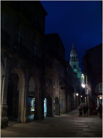 Santiago de Compostela, a Berenguela. Cun marquiño e só por poñer algo 😊 Santiago De Compostela Berenguela Noite Noche Azul Noche Azul Noite Pedras Piedras