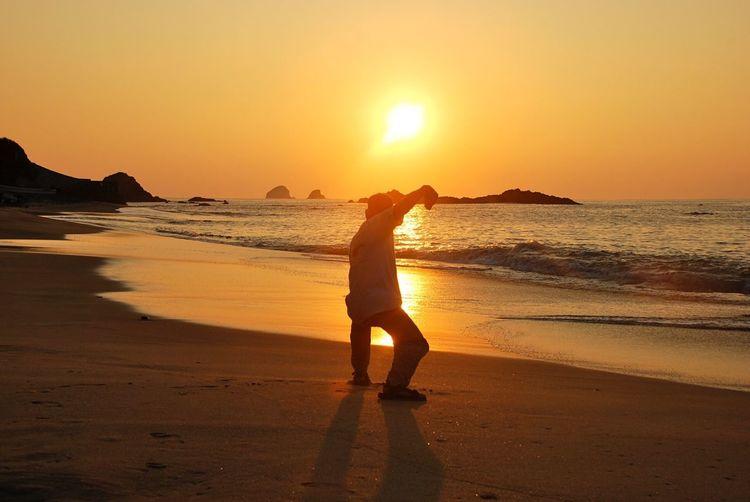 Aufgehende Sonne mit Mann Water Sunset Sky Beach Land Sea Beauty In Nature