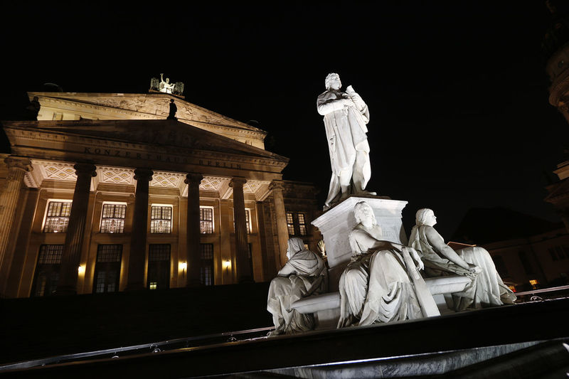 Konzerthaus Berlin & Schiller-Denkmal Berlin Berlin Mitte Berlin-Mitte Berliner Ansichten City Life Denkmal Deutschland Friedrichstadt Gendarmen Markt Gendarmenmarkt Germany Konzerthaus Konzerthaus Berlin Night Lights Night Photography Nightphotography Schauspielhaus Schiller Sculpture Statue Canon Canon_photography Canonphotography Eye4photography  From My Point Of View